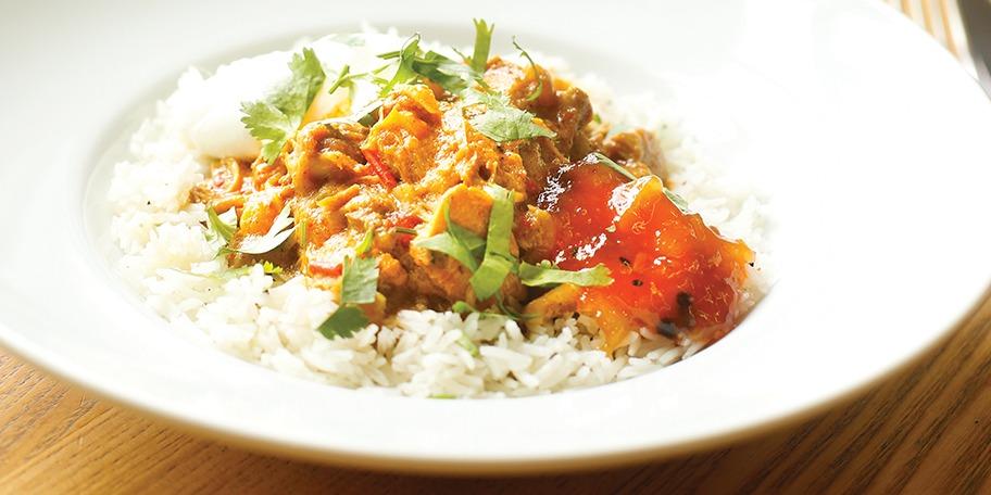 Curry picant de pui cu orez basmati si chutney de mango