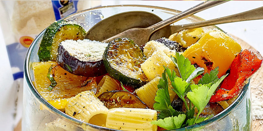 Salata de paste cu legume la gratar si parmezan