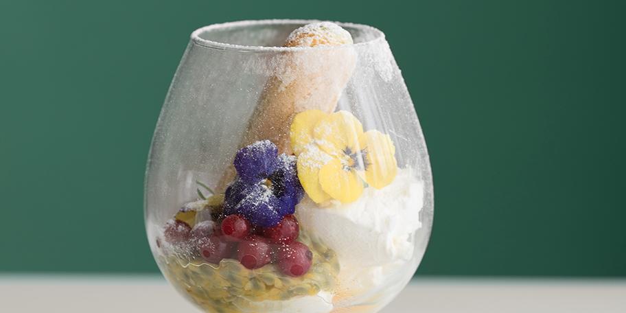 Crema de mascarpone cu fructul pasiunii si coacaze rosii