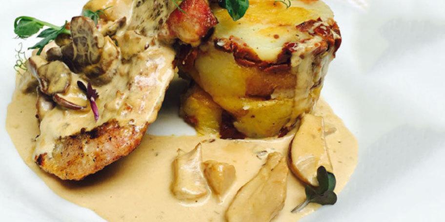 Cotlet de porc cu sos de hribi si cartofi mediteraneeni