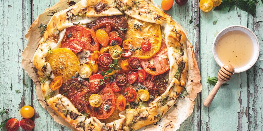 Tartă cu roșii coapte și crustă de brânză