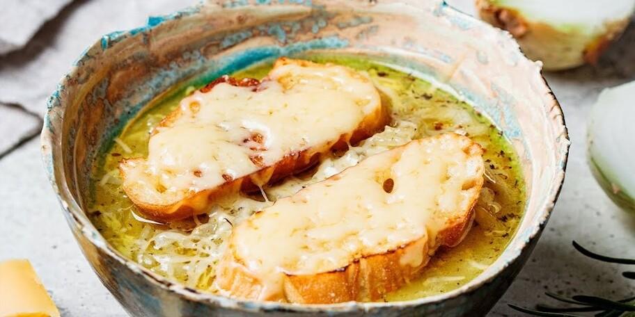 Supă franțuzească gratinată de ceapă caramelizată