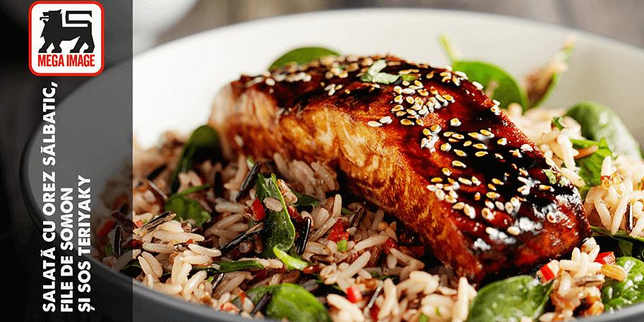 Salată cu orez sălbatic, file de somon și sos teriyaki