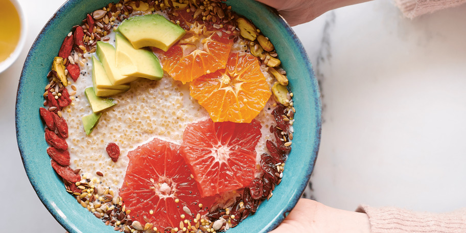 Porridge de quinoa cu fructe, nuci și semințe