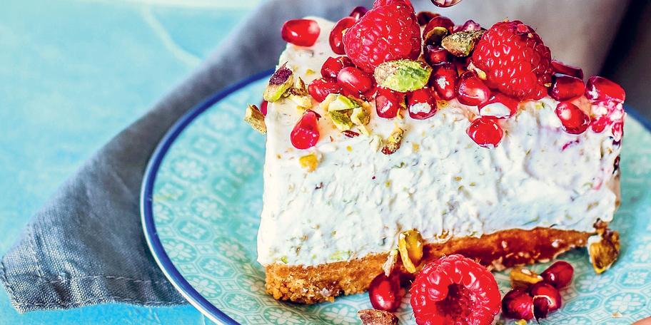 Cheesecake cu ciocolată albă, fistic și zmeură